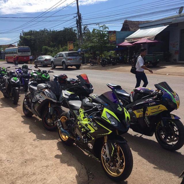 Vespa cổ cùng 15 chiếc mô tô khủng rước dâu tại Đồng Nai - Ảnh 12.