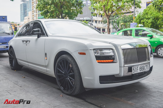 Rolls-Royce Ghost của đại gia Đà Lạt trên phố Sài thành - Ảnh 2.