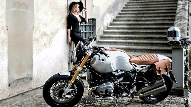 Quý bà gợi cảm bên BMW R NineT phiên bản Quick Silver