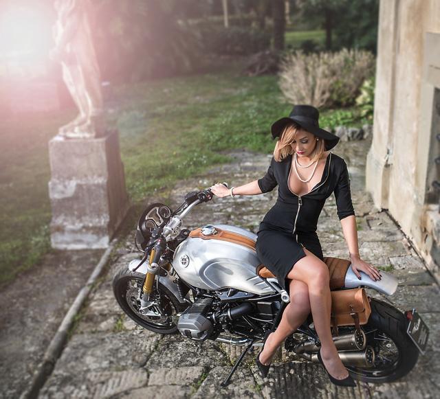 Quý bà gợi cảm bên BMW R NineT phiên bản Quick Silver - Ảnh 1.