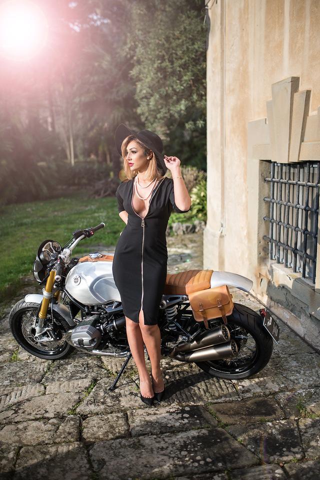 Quý bà gợi cảm bên BMW R NineT phiên bản Quick Silver - Ảnh 2.