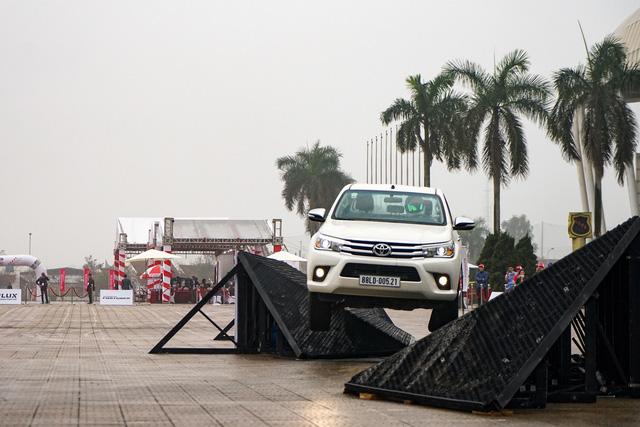 Hồi hộp xem Toyota Fortuner 2017 thử khả năng chống lật - Ảnh 2.