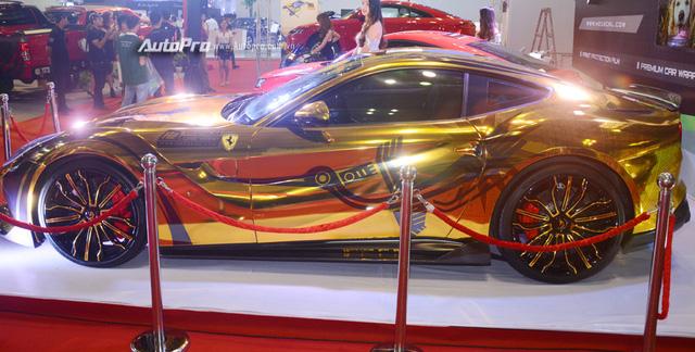 Ferrari F12 Berlinetta từng của Cường Đô-la được hóa thành ngựa vàng trưng bày tại VIMS 2017 - Ảnh 1.