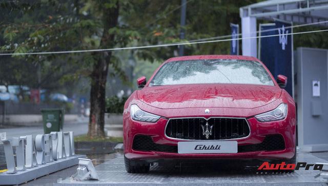 Xe sang Maserati Ghibli tắm mưa tại Hà Nội - Ảnh 3.