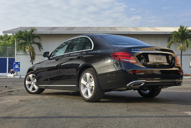 Mercedes-Benz ra mắt E300 AMG lắp trong nước, rẻ hơn bản nhập 370 triệu Đồng - Ảnh 4.
