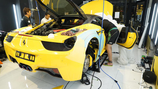 Xem thợ Nhật Bản xẻ thịt Ferrari 458 Italia để độ Liberty Walk - Ảnh 5.
