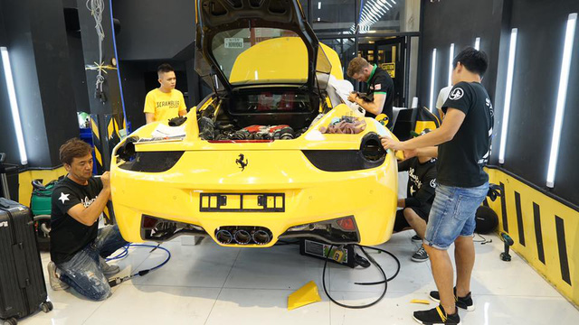 Xem thợ Nhật Bản xẻ thịt Ferrari 458 Italia để độ Liberty Walk - Ảnh 8.