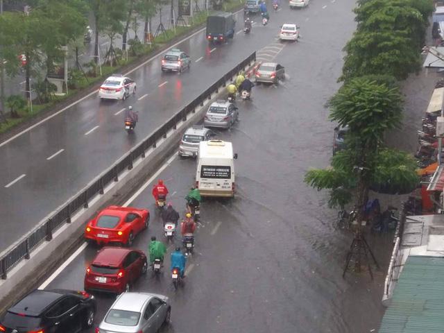Đường phố Hà Nội ngập sâu, siêu xe Ferrari F12 Berlinetta dừng chân giữa phố - Ảnh 4.