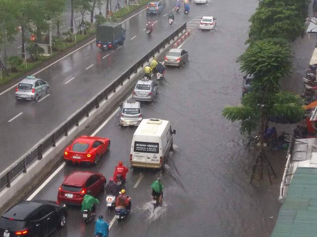 Đường phố Hà Nội ngập sâu, siêu xe Ferrari F12 Berlinetta dừng chân giữa phố - Ảnh 2.