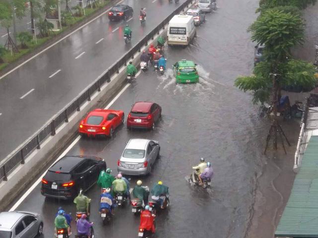 Đường phố Hà Nội ngập sâu, siêu xe Ferrari F12 Berlinetta dừng chân giữa phố - Ảnh 3.