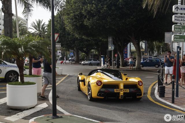 Xuống phố cùng Ferrari LaFerrari mui trần màu vàng rực 45 tỷ Đồng - Ảnh 2.