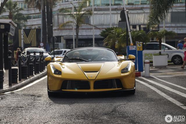 Xuống phố cùng Ferrari LaFerrari mui trần màu vàng rực 45 tỷ Đồng - Ảnh 1.