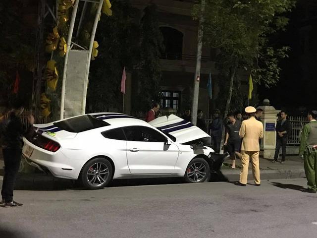 Huế: Đâm vào trụ đèn, Ford Mustang 2015 nát đầu - Ảnh 2.