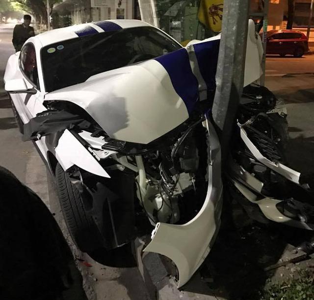 Sau tai nạn nghiêm trọng tại Huế, chiếc Ford Mustang làm bạn với bụi tại garage Sài thành - Ảnh 2.