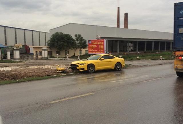 Hải Phòng: Mát ga, Ford Mustang húc đổ biển báo giao thông - Ảnh 1.