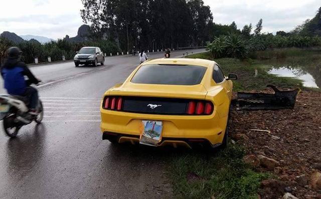 Hải Phòng: Mát ga, Ford Mustang húc đổ biển báo giao thông - Ảnh 3.