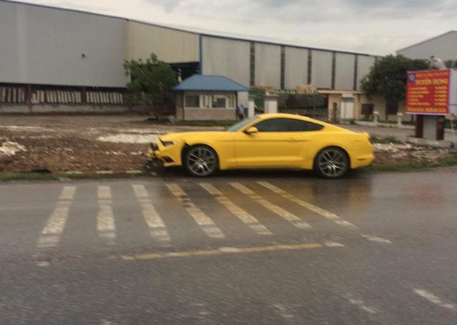 Hải Phòng: Mát ga, Ford Mustang húc đổ biển báo giao thông - Ảnh 2.