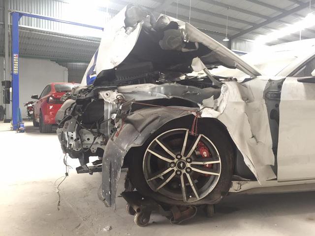 Sau tai nạn nghiêm trọng tại Huế, chiếc Ford Mustang làm bạn với bụi tại garage Sài thành - Ảnh 4.