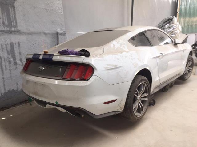 Sau tai nạn nghiêm trọng tại Huế, chiếc Ford Mustang làm bạn với bụi tại garage Sài thành - Ảnh 5.