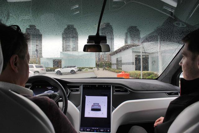 Chiều khách, Tesla đưa tính năng gặt nước tự động lên xe điện - Ảnh 1.