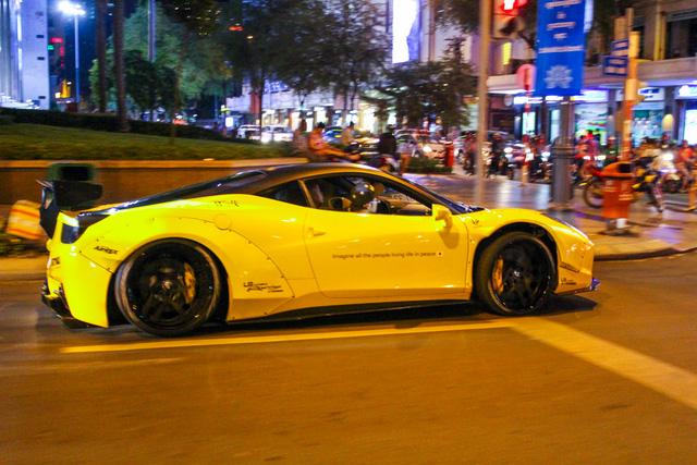 Cận cảnh siêu phẩm Ferrari 458 Italia độ Liberty Walk đầu tiên tại Việt Nam - Ảnh 3.