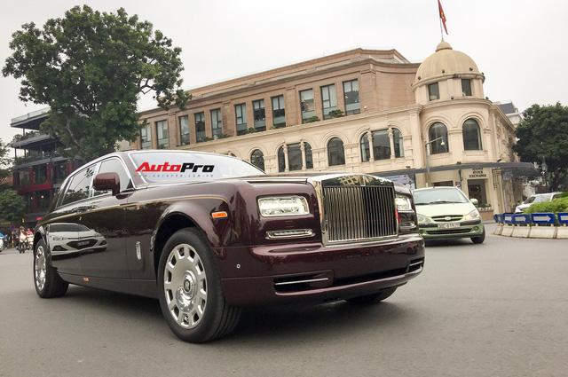 """[Cực hot] Rolls-Royce Phantom """"Hòa Bình & Vinh Quang"""" lần đầu lăn bánh tại Hà Nội - Ảnh 1."""