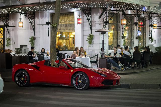 Ngựa chồm Ferrari 488 Spider màu đỏ dạo phố cuối tuần - Ảnh 1.
