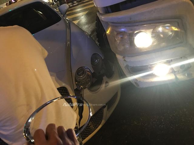 Hà Nội: Va chạm với xe bồn, Bentley Continental GT Speed vỡ đầu - Ảnh 4.