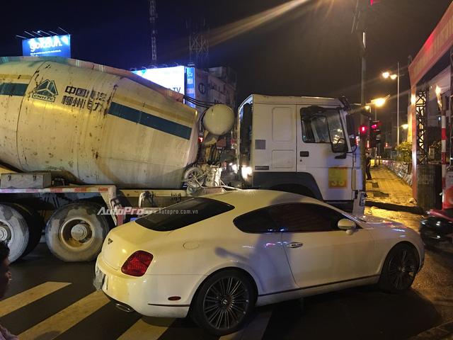 Hà Nội: Va chạm với xe bồn, Bentley Continental GT Speed vỡ đầu - Ảnh 1.