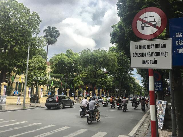 Chú ý biển báo để không bị phạt đến 1,2 triệu khi đi chơi phố đi bộ Hà Nội dịp cuối tuần - Ảnh 1.