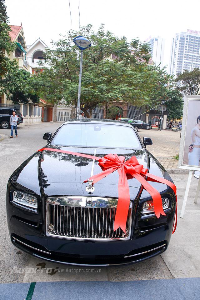 Cận cảnh Rolls-Royce Wraith quà cưới của Hoa hậu Bản sắc Việt Thu Ngân - Ảnh 1.