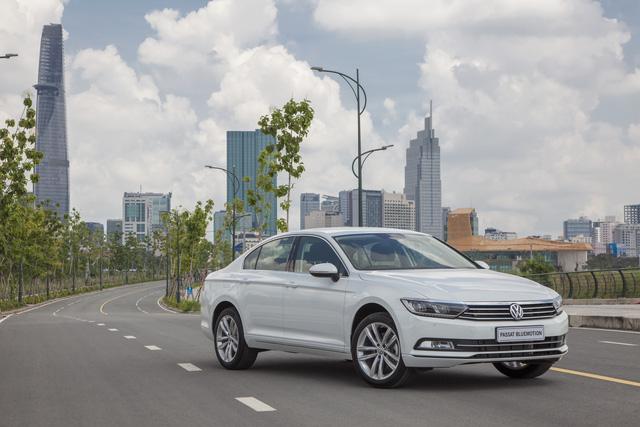 Cận cảnh VW Passat Bluemotion, đối thủ Toyota Camry, có giá 1,450 tỷ Đồng tại Việt Nam - Ảnh 1.