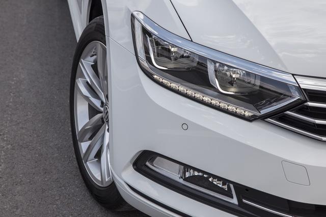 Cận cảnh VW Passat Bluemotion, đối thủ Toyota Camry, có giá 1,450 tỷ Đồng tại Việt Nam - Ảnh 4.