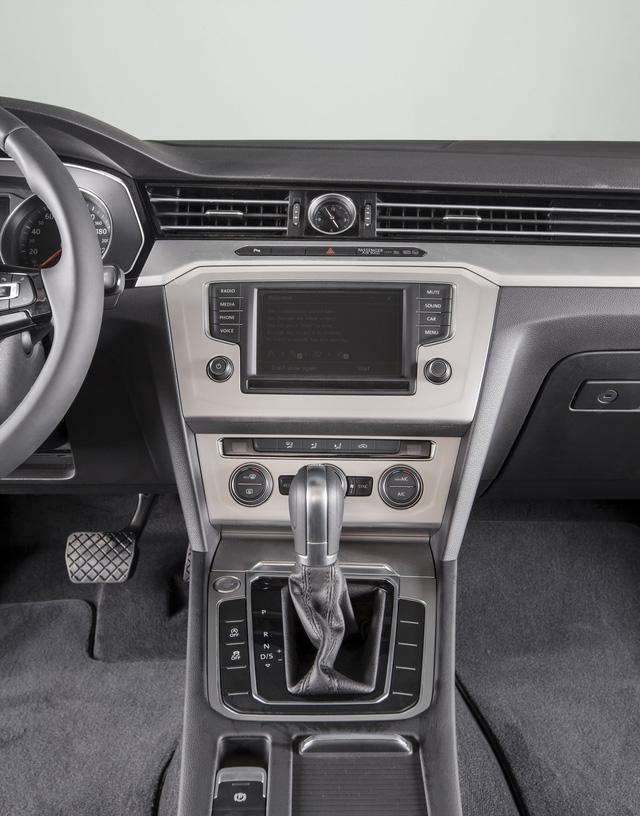 Cận cảnh VW Passat Bluemotion, đối thủ Toyota Camry, có giá 1,450 tỷ Đồng tại Việt Nam - Ảnh 10.