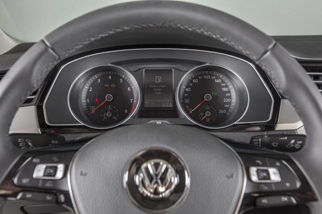 Cận cảnh VW Passat Bluemotion, đối thủ Toyota Camry, có giá 1,450 tỷ Đồng tại Việt Nam - Ảnh 8.