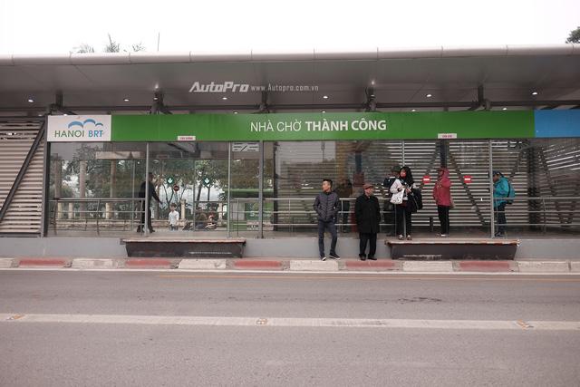 Sáng nay xe bus nhanh BRT chính thức hoạt động, đường thông hè thoáng - Ảnh 4.