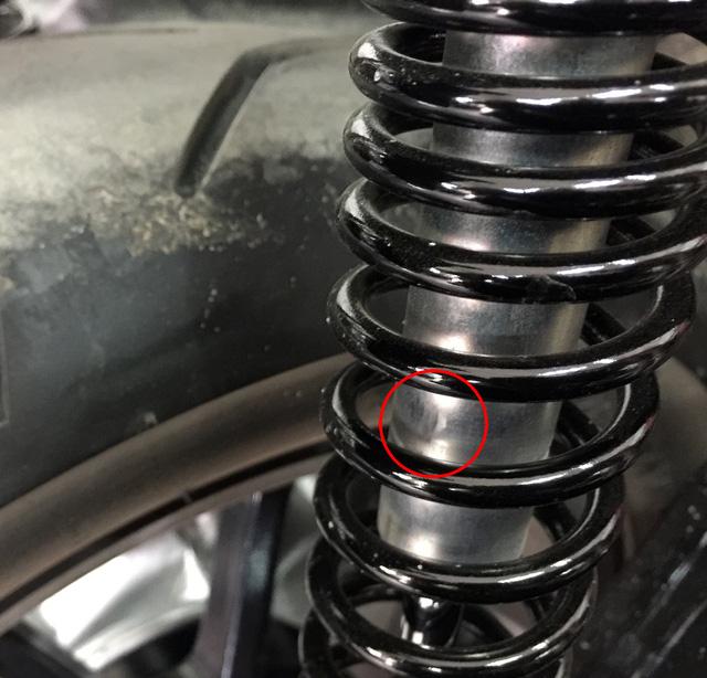 Ra mắt Việt Nam chưa lâu, Yamaha NVX 155 đã bị tố cong giảm xóc sau - Ảnh 3.
