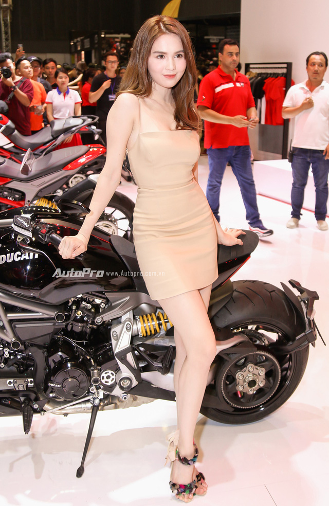 Nữ hoàng nội y Ngọc Trinh đến gian hàng của Ducati chọn xe - Ảnh 6.