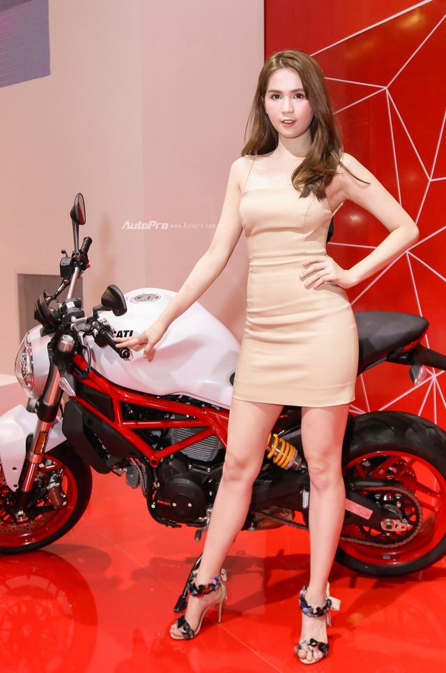 Nữ hoàng nội y Ngọc Trinh đến gian hàng của Ducati chọn xe - Ảnh 3.