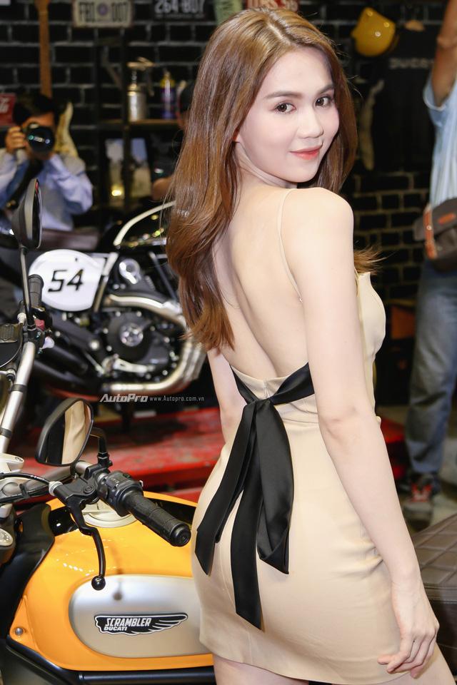 Nữ hoàng nội y Ngọc Trinh đến gian hàng của Ducati chọn xe - Ảnh 2.