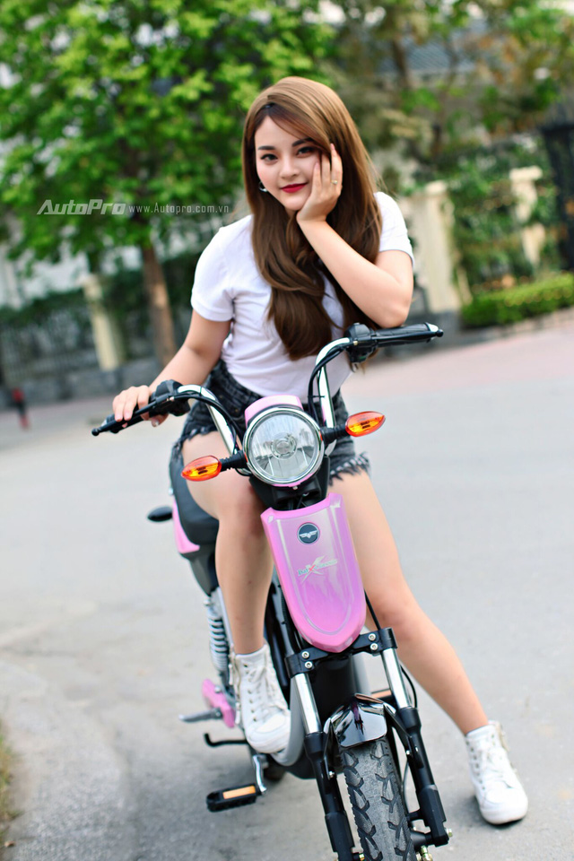 Co nang sexy cua Kem Xoi khoe dang ben xe dien