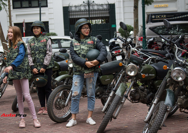 Du khách nước ngoài hào hứng cưỡi xe Minsk dạo phố Hà Nội - Ảnh 10.