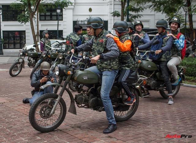 Du khách nước ngoài hào hứng cưỡi xe Minsk dạo phố Hà Nội - Ảnh 11.