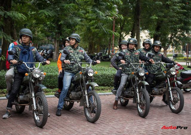 Du khách nước ngoài hào hứng cưỡi xe Minsk dạo phố Hà Nội - Ảnh 5.