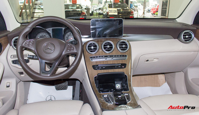 Diện kiến Mercedes GLC250 4MATIC màu độc nhất Việt Nam - Ảnh 12.