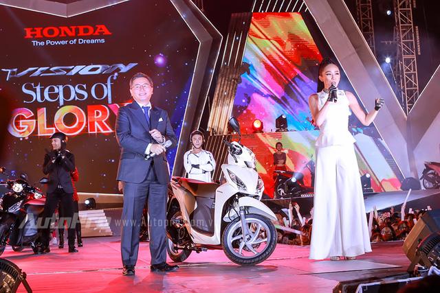 Tổng giám đốc Honda Việt Nam cưỡi Vision, đèo Tóc Tiên trên sân khấu - Ảnh 3.