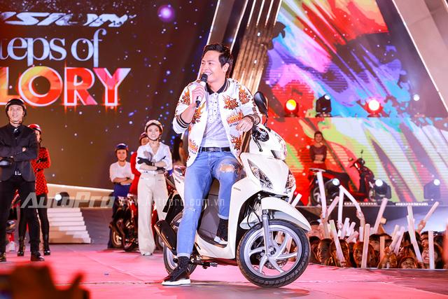 Tổng giám đốc Honda Việt Nam cưỡi Vision, đèo Tóc Tiên trên sân khấu - Ảnh 1.