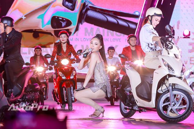 Tổng giám đốc Honda Việt Nam cưỡi Vision, đèo Tóc Tiên trên sân khấu - Ảnh 4.