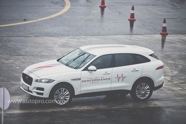Tắm mưa cùng xe thể thao hạng sang Jaguar - Ảnh 7.