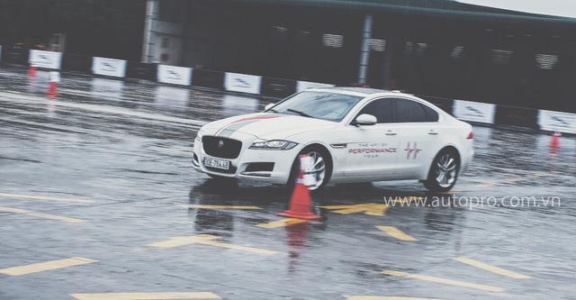 Tắm mưa cùng xe thể thao hạng sang Jaguar - Ảnh 3.